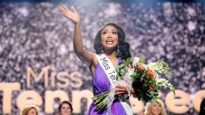 5f6cca35-aee7-424a-afae-368961e8fcee-kns-miss_tennessee_finals_crowning_148a-scaled.jpeg